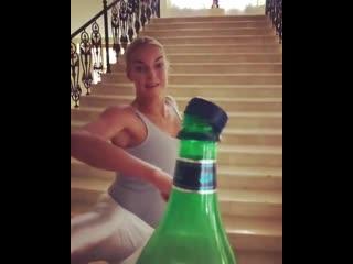 Анастасия Волочкова поддержала популярный голливудский флешмоб Bottle cap challenge.