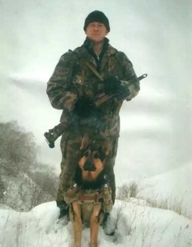 Майор Попов с пограничной собакой