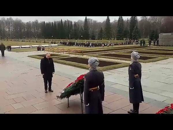 Владимир Путин возложил цветы на Пискаревском кладбище в День прорыва блокады Ленинграда