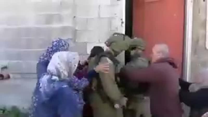 Un groupe de femmes palestiniennes entoure un terroriste israélien pour l'empêcher d'arrêter un enfant palestinien innocent et d