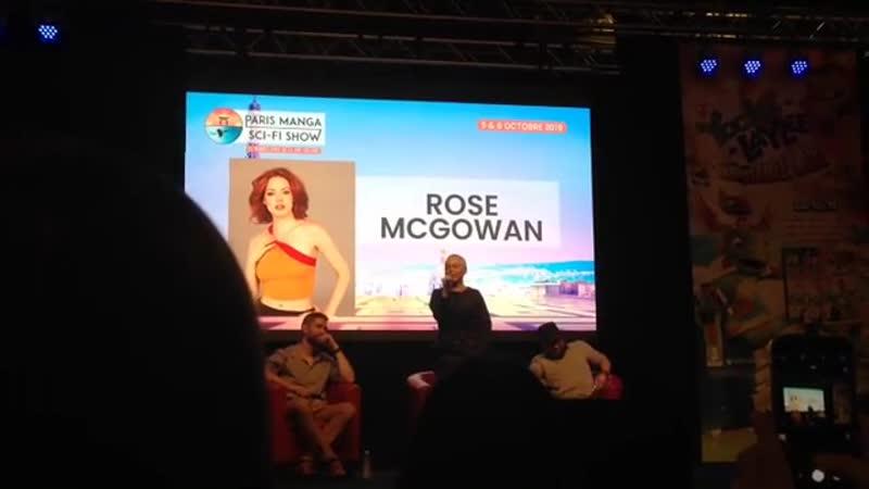 Роуз МакГоуэн исполняет песню Fever на конвенции в Париже