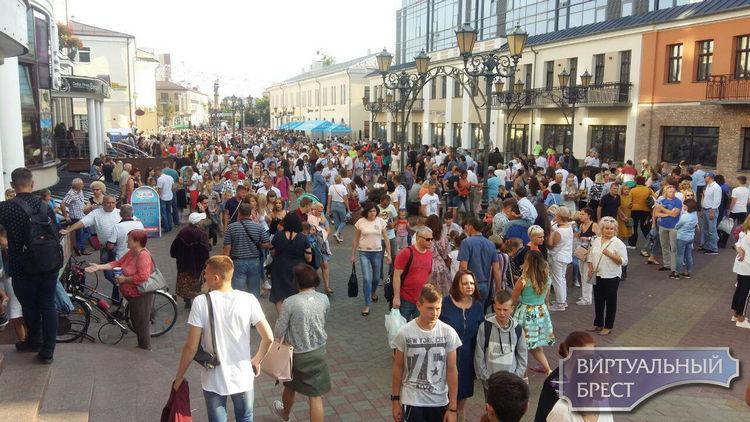 На ул. Советской людей столько, что не протолкнуться - просто река!