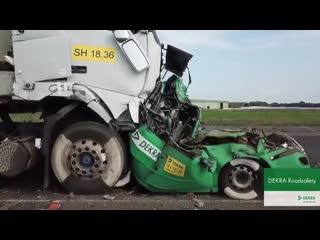 Краш-тест: легковушка между двух грузовиков