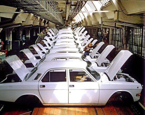Новые кузова ГАЗ-24-10 в сборе. СССР, 1980-е гг.