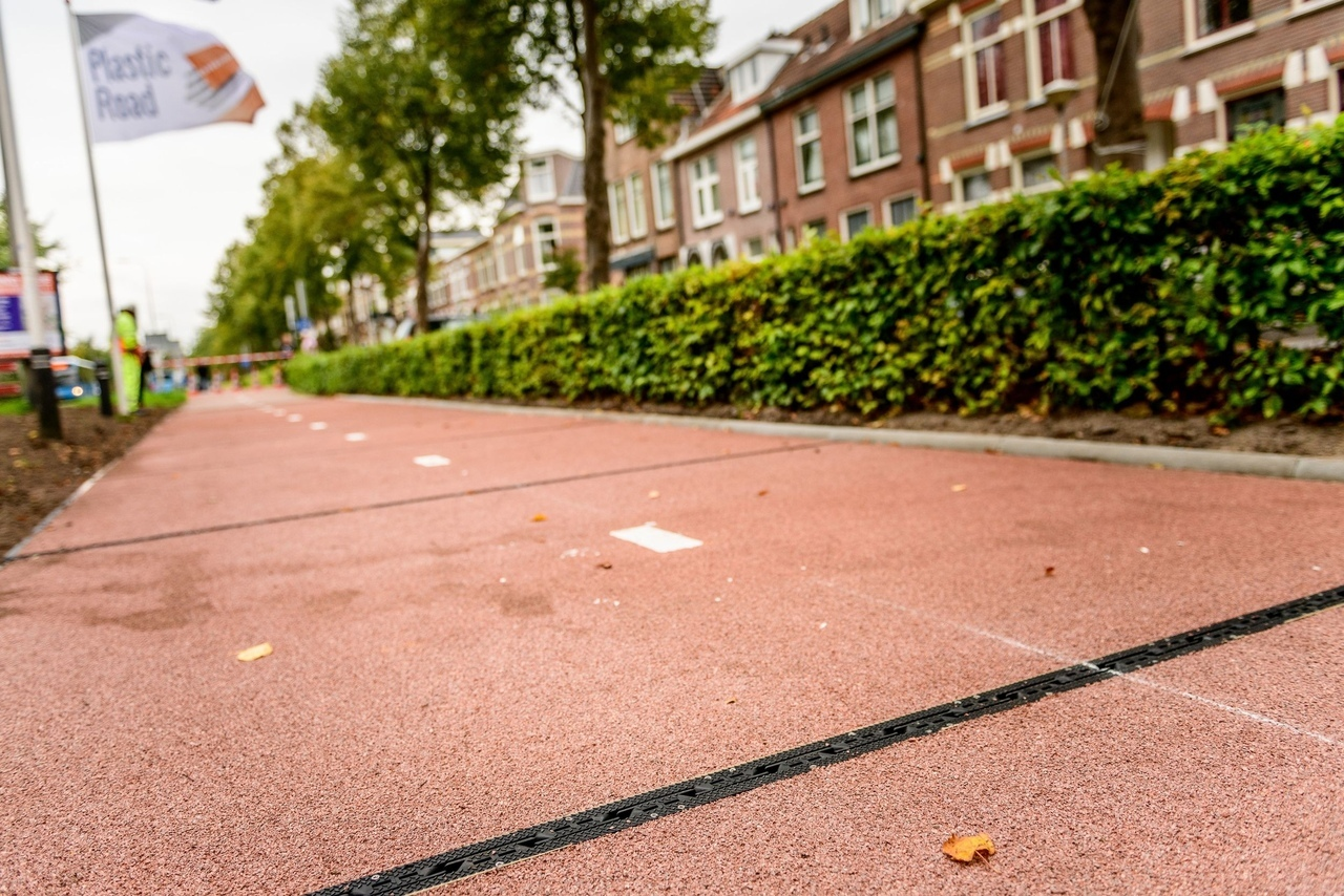 Участок дороги из пластика в Нидерландах