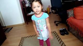 Bianca dançando a musica do Patati Patata