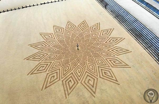 Следы на песке Джон Форман известен под творческим псевдонимом Sculpt the World. Он работает в жанре ленд-арта это направление в искусстве появилось в конце 1960-х в США. В нем создаваемое