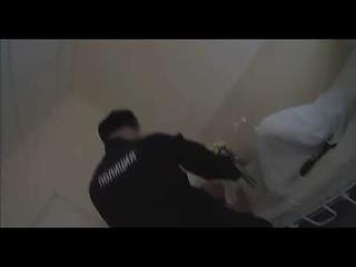 Полицейский ударивший женщину ногой в живот на митинге принес ей свои извинения в больнице