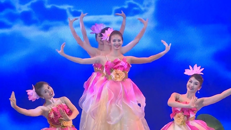 Múa hoa sen tuyệt đẹp từ những c gái Việt Nam Beautiful lotus dance from pretty Vietnamese girls