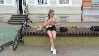 """Уличная музыкантша исполняет песню: Гречка """"Люби меня люби"""""""