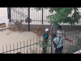 В Актау парень выскочил на подмогу мужику, которого окучивала группа гопников
