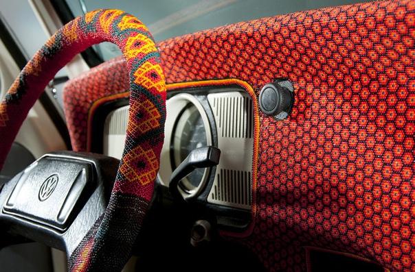 Этот Volswagen Beetle 1990 года выпуска получил название Vochol Он является единственным в мире автомобилем, полностью покрытым бисером. Разноцветные стеклянные шарики выложены в виде орнамента