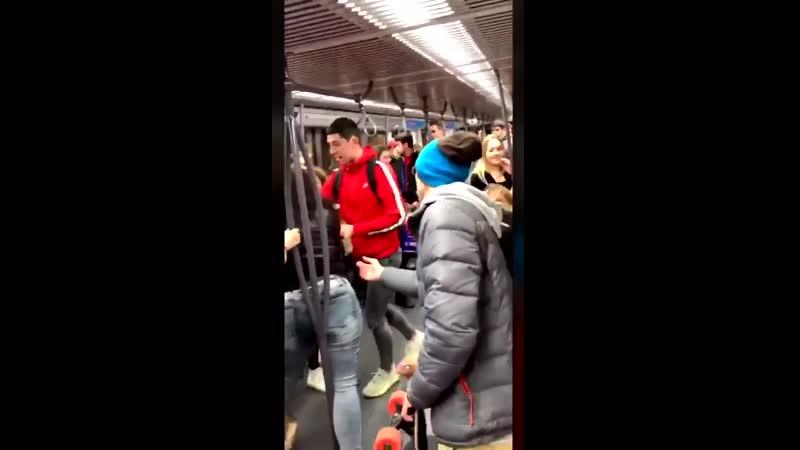 Dans le métro parisien une femme racaille de 150 kilos agresse une honnête usagère au cri de Wallah sale pute sur la Mecque