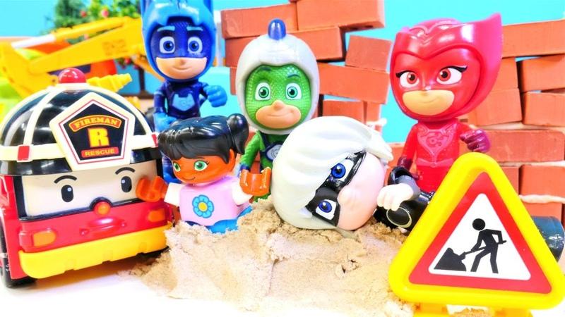 Los chicos de Lego juegan con juguetes PJ Masks en el sito de construcción. Vídeos para niños