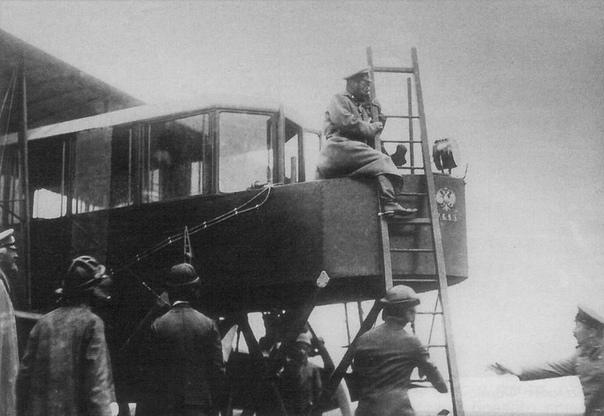 Царь Николай II осматривает самолет Игоря Сикорского Русский витязь Царское Село, 1913 г «Русский витязь» - первый в мире четырёхмоторный самолёт, дал начало тяжёлой авиации. Создан И. И.