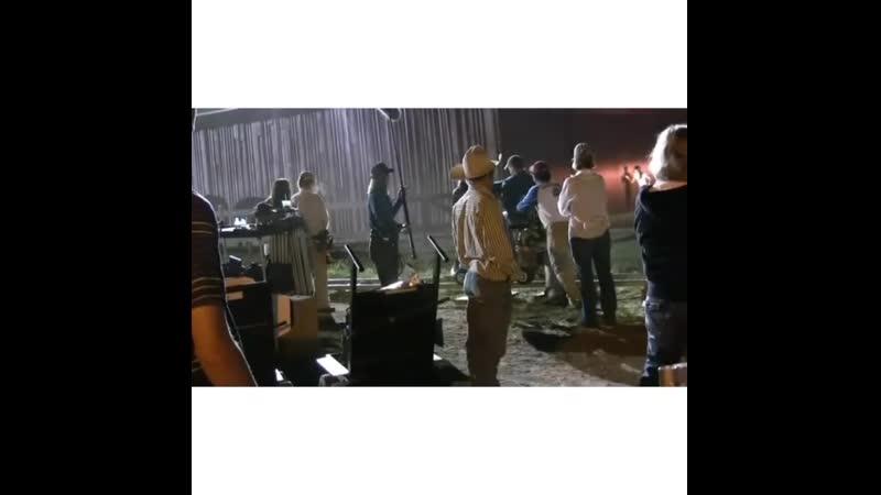 Съемки сериала Дикий огонь Крис пытается попасть в амбар