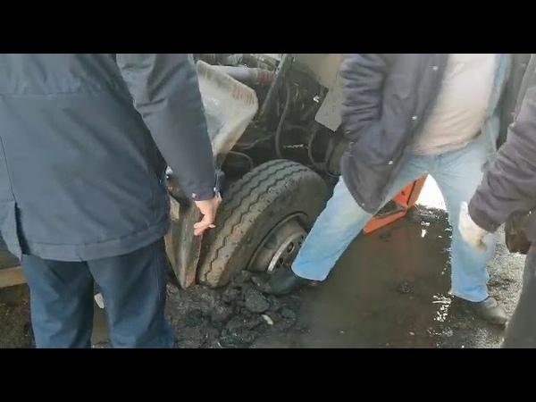 В Абакане мусоровоз провалился сквозь асфальт