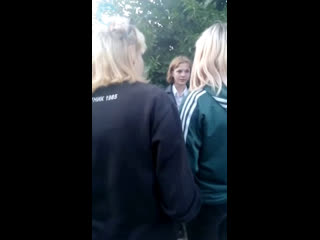 толпой избили девочку
