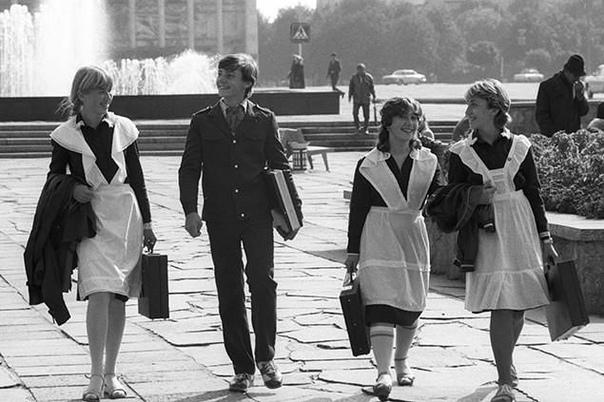 Какие запреты существовали в советское время В СССР к ученикам предъявлялись требования, которые с сегодняшних позиций кажутся порой смешными. Мы перечислим только некоторые из них:1. Длинные