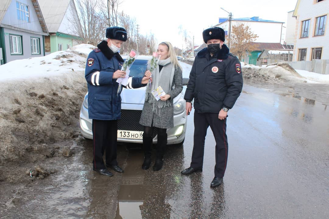 В Петровске прошла акция «Цветы для автоледи»