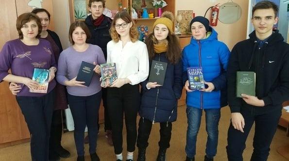 Петровские волонтёры запустили акцию по сбору книг и школьных принадлежностей