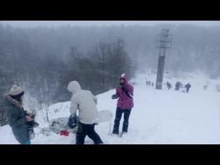 Гуляем на склоне в сильный ливневый снег.