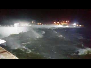 Петербургская дамба сдерживает нагонную волну