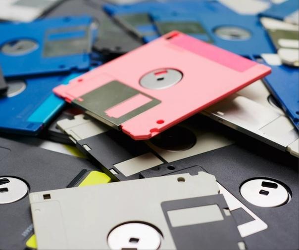 Дискеты А ты помнишь дискеты 3,5 дюйма, пластиковый корпус, щелкающая металлическая шторка. Сколько чудесного было на них записано и перенесено! Дискеты уже ушли безвозвратно. Но они всё еще с