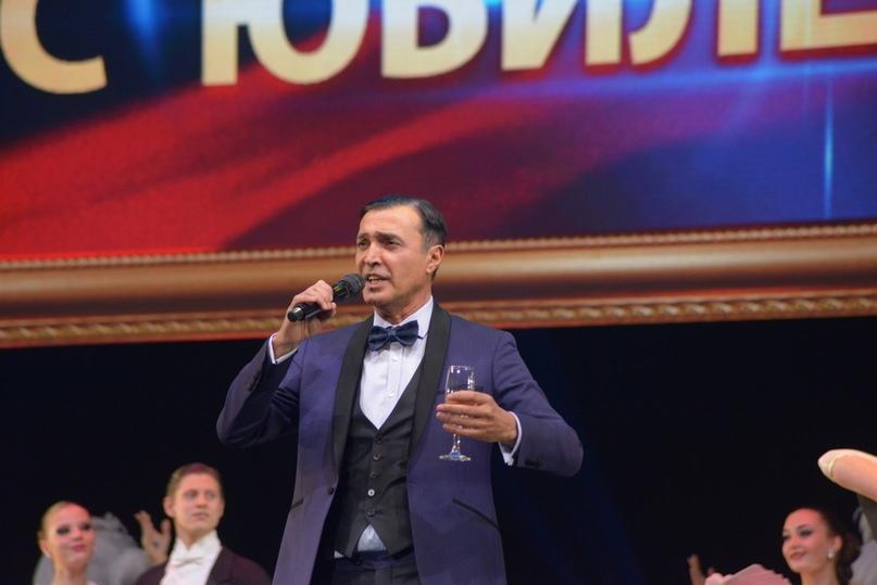 Песня в исполнении актёра Самвела Мужикяна звучит для Президента фестиваля Светланы Крючковой
