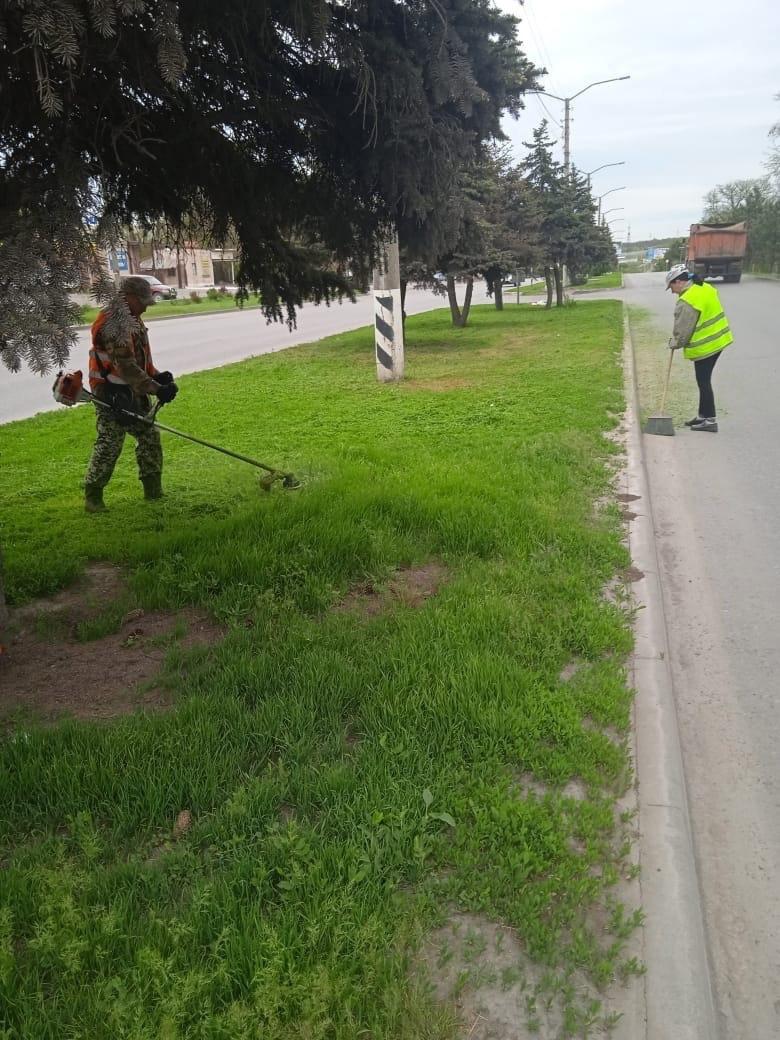 В городе Таганроге продолжается покос травы