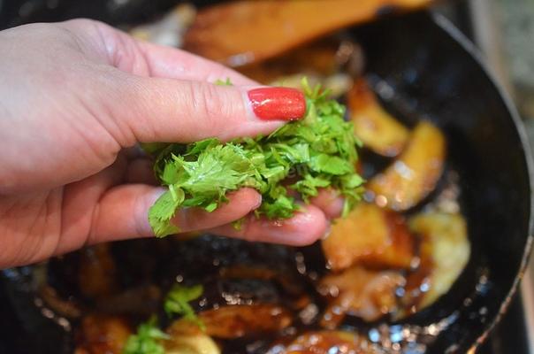 БАКЛАЖАНЫ В КИСЛО-СЛАДКОМ СОУСЕ ПО-КИТАЙСКИ Ароматные, хрустящие баклажаны с овощами! Глянцевые, ароматные баклажаны с хрустящей корочкой, обжаренные с овощами и зернышками кунжута. Блюда очень
