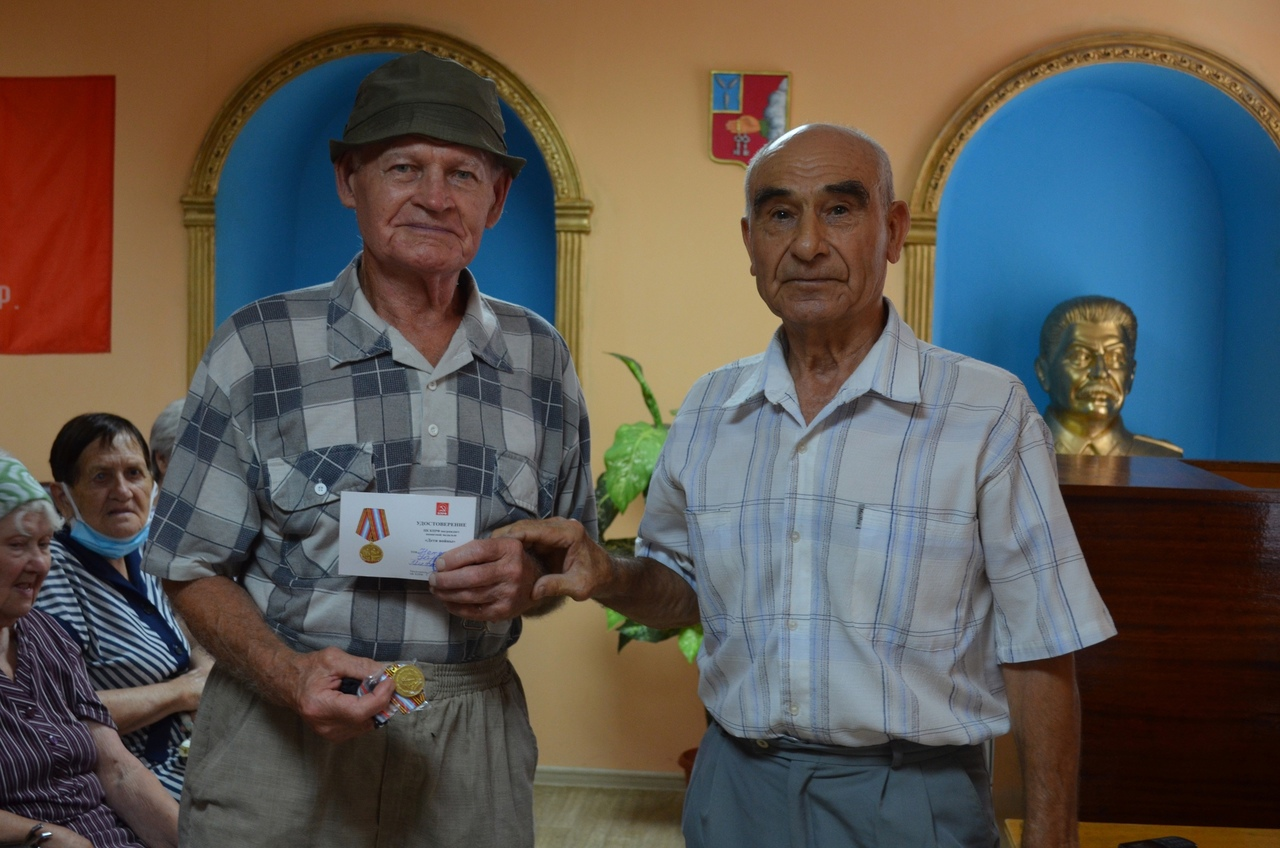 В Петровском районе продолжается вручение медалей «Дети войны» жителям старшего поколения