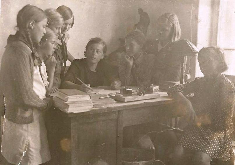 Фото из альбома воспоминаний. На фото Анна Ефремовна Полянская с ученицами