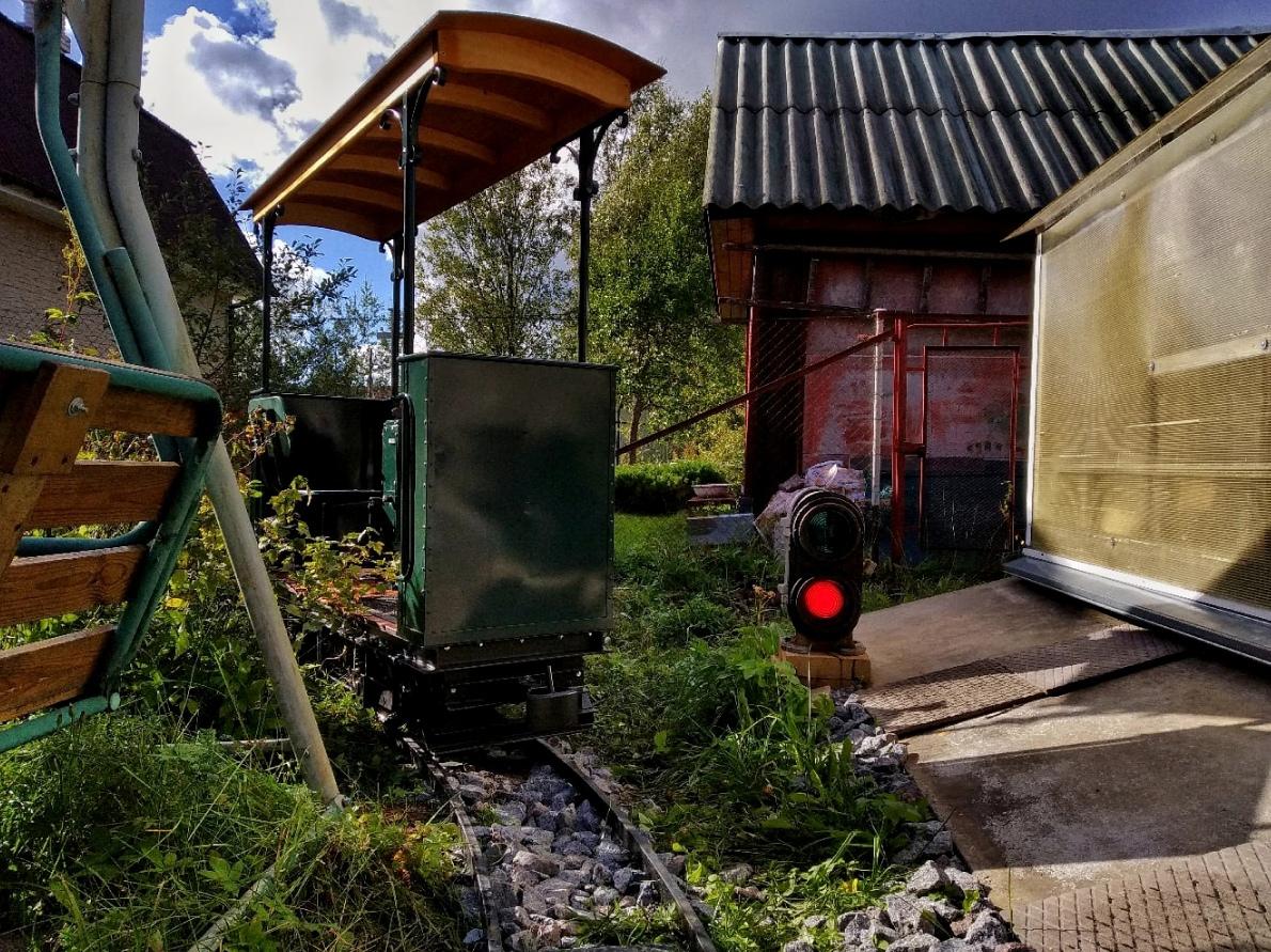 Студент из Ленобласти построил трамвай у дачи