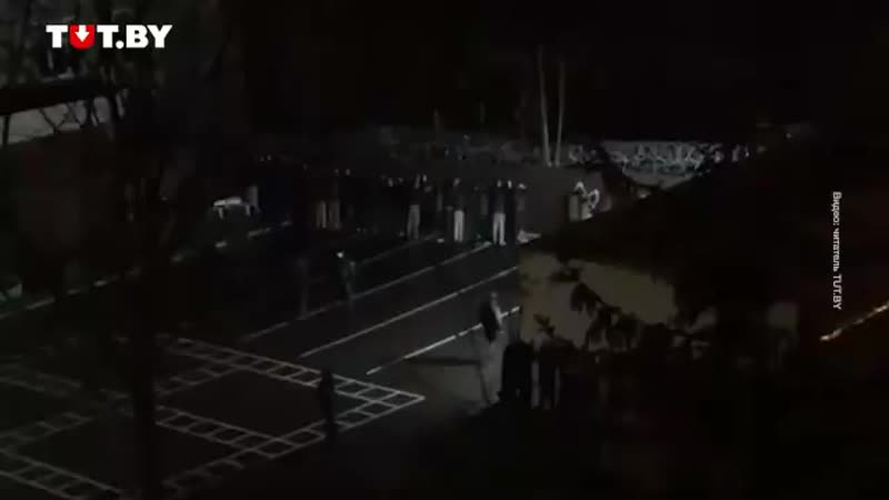 В Минске во дворе Советского РУВД до сих пор держат задержанных лицом к стене заставляя mp4