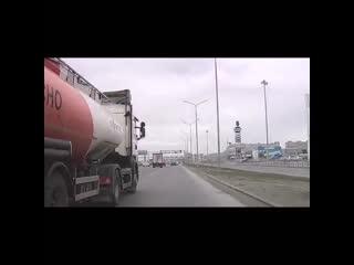 Неадекватный водитель бензовоза несколько раз подрезал автора видео