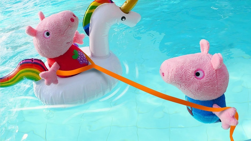 George aprendeu a nadar no parque aquático Peppa Pig e sua família em português