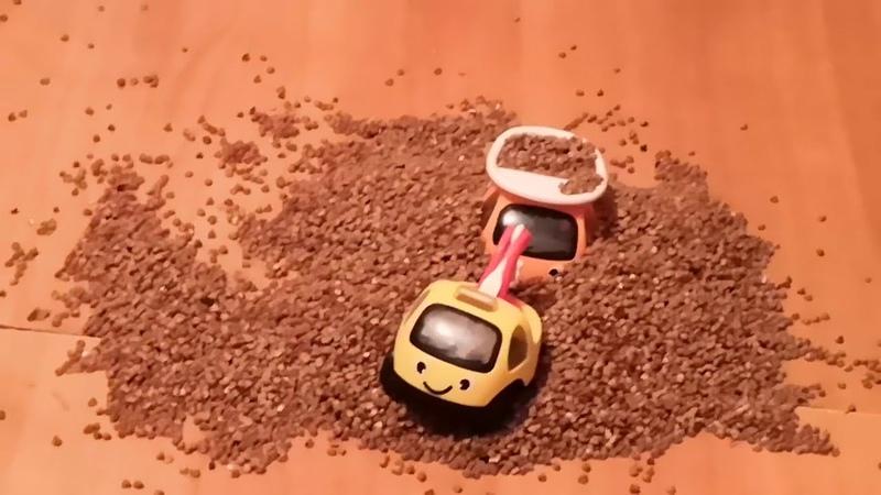 Строительная техника помогает маленьким машинкам выбраться из грязи. Андрейка и супер семейка
