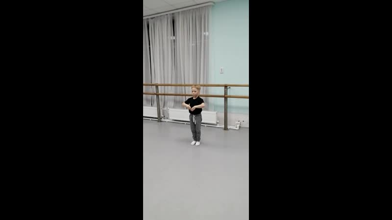В ТРАВЕ СИДЕЛ КУЗНЕЧИК Упражнение урока ритмики исполняет Захар Серебренников